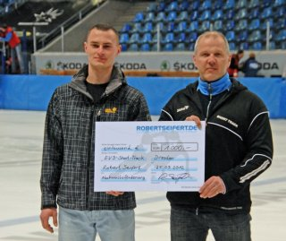 Robert Seifert handing over financial support to EV Dresden